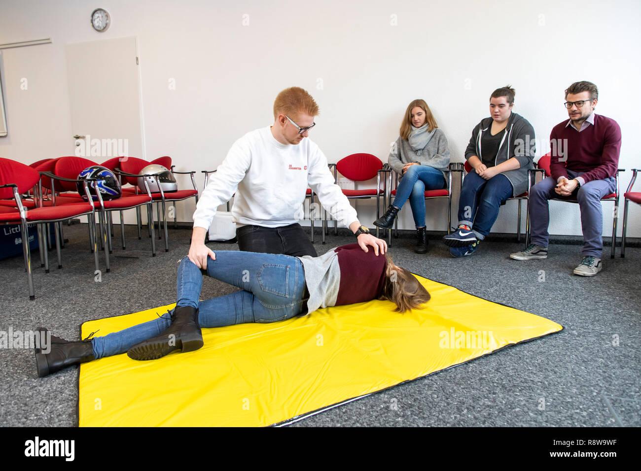 Corso di primo soccorso, di formazione di primo soccorso, emergenze formazione pratica, stabile posizione laterale, Immagini Stock