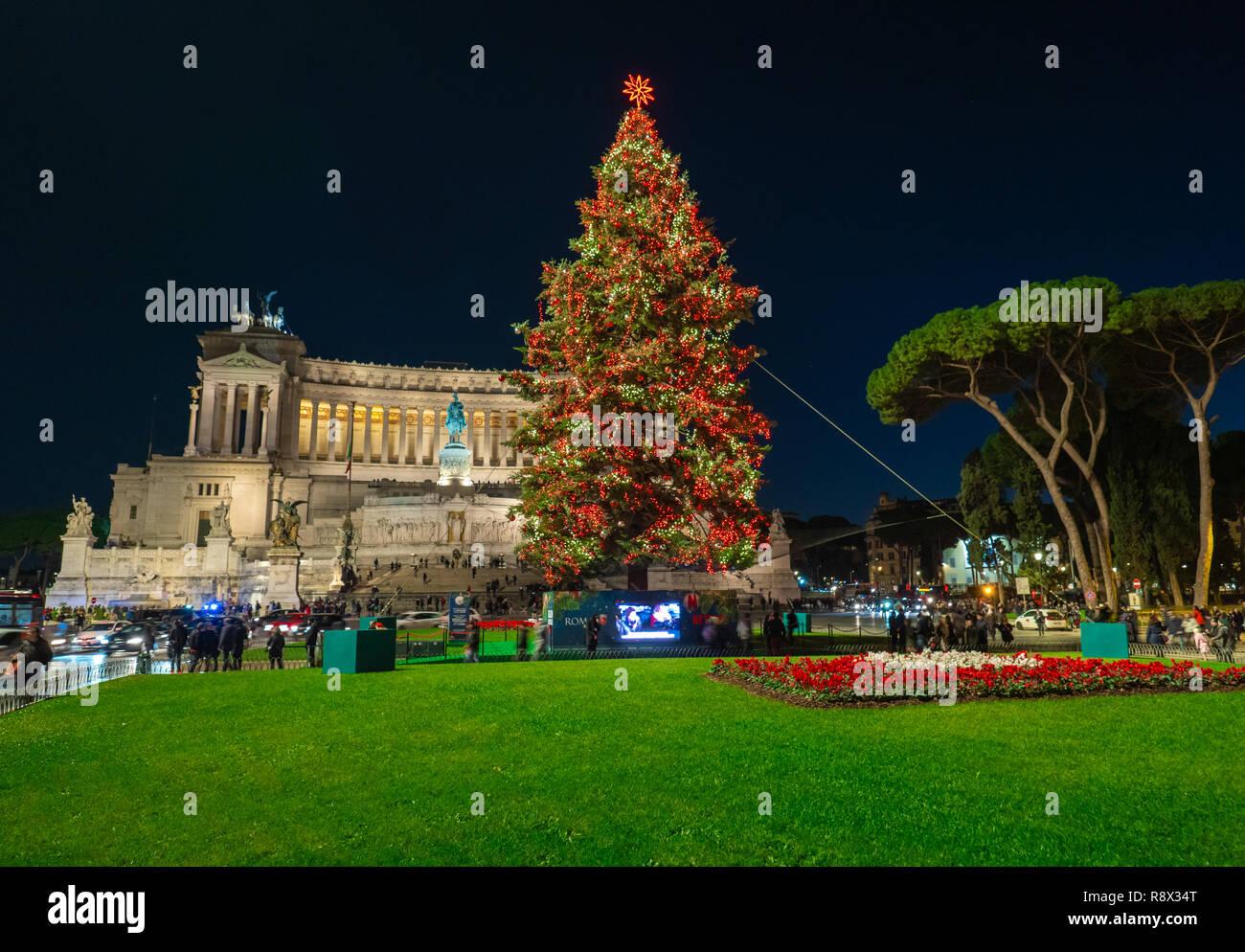 Albero Di Natale Con Decorazioni Blu : Roma italia piazza venezia in blu ora durante le vacanze di