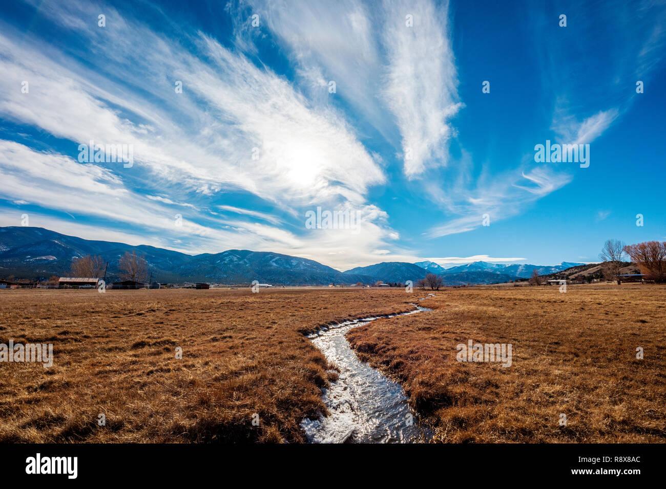Ranch il Fosso di Irrigazione & pascolo; drammatico sky; montagne rocciose; al di fuori del piccolo paese di Salida; Colorado; USA Foto Stock