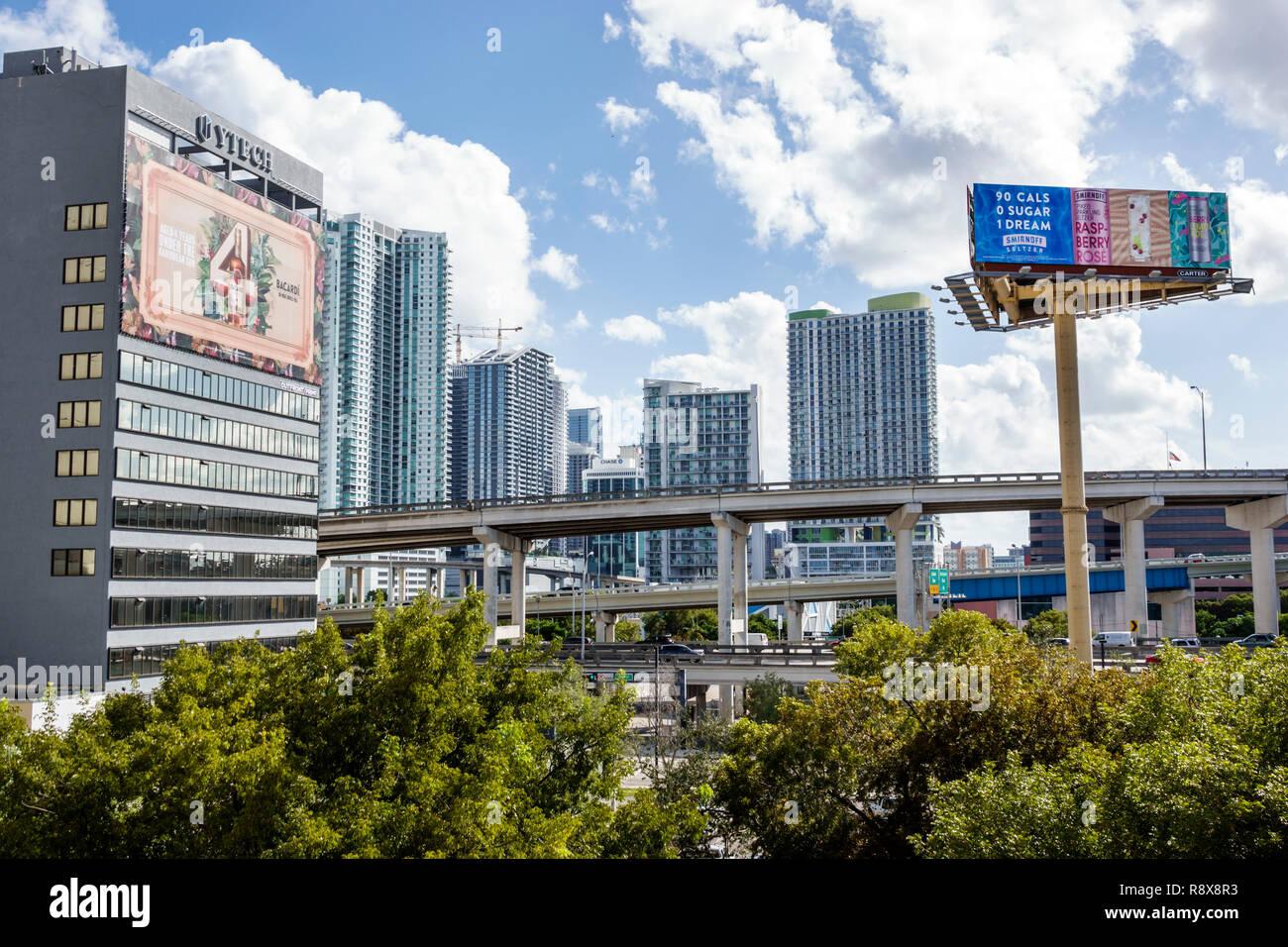 Miami Florida downtown skyline della città di affissioni autostrade sollevata edifici alto residenze condominio Immagini Stock