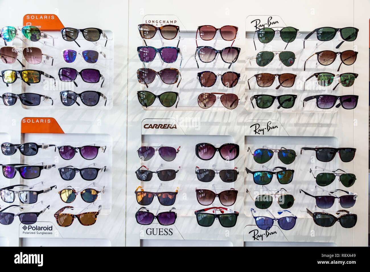 bfabd143c Miami Beach Florida ottico all'ottico optometrista business store display occhiali  vendita moda Solaris Longchamp CARRERA Occhiali da sole Ray-Ban telai