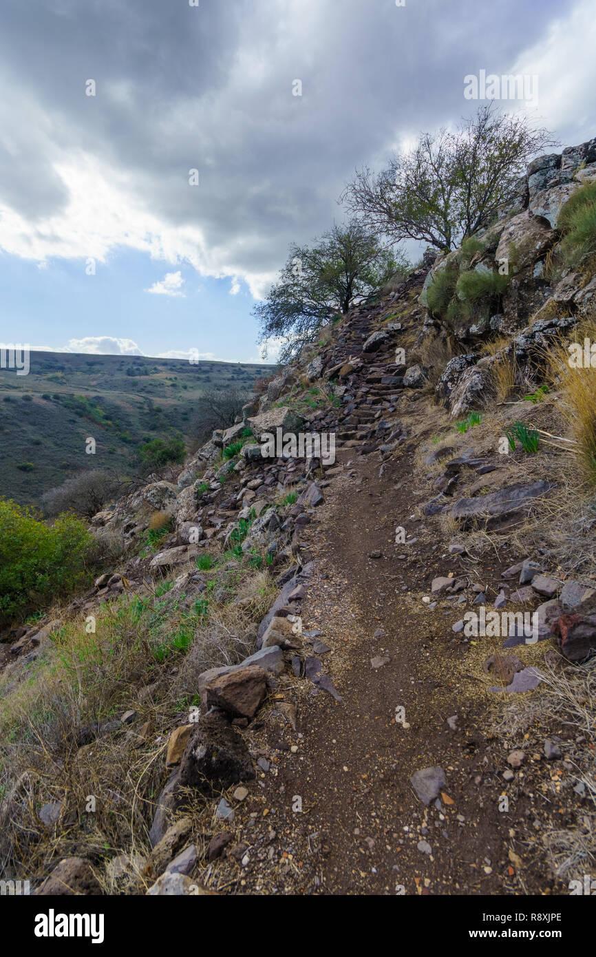 Vista dei resti della città antica e della fortezza di Gamla, con il sentiero e il paesaggio. Alture del Golan, nel nord di Israele Immagini Stock