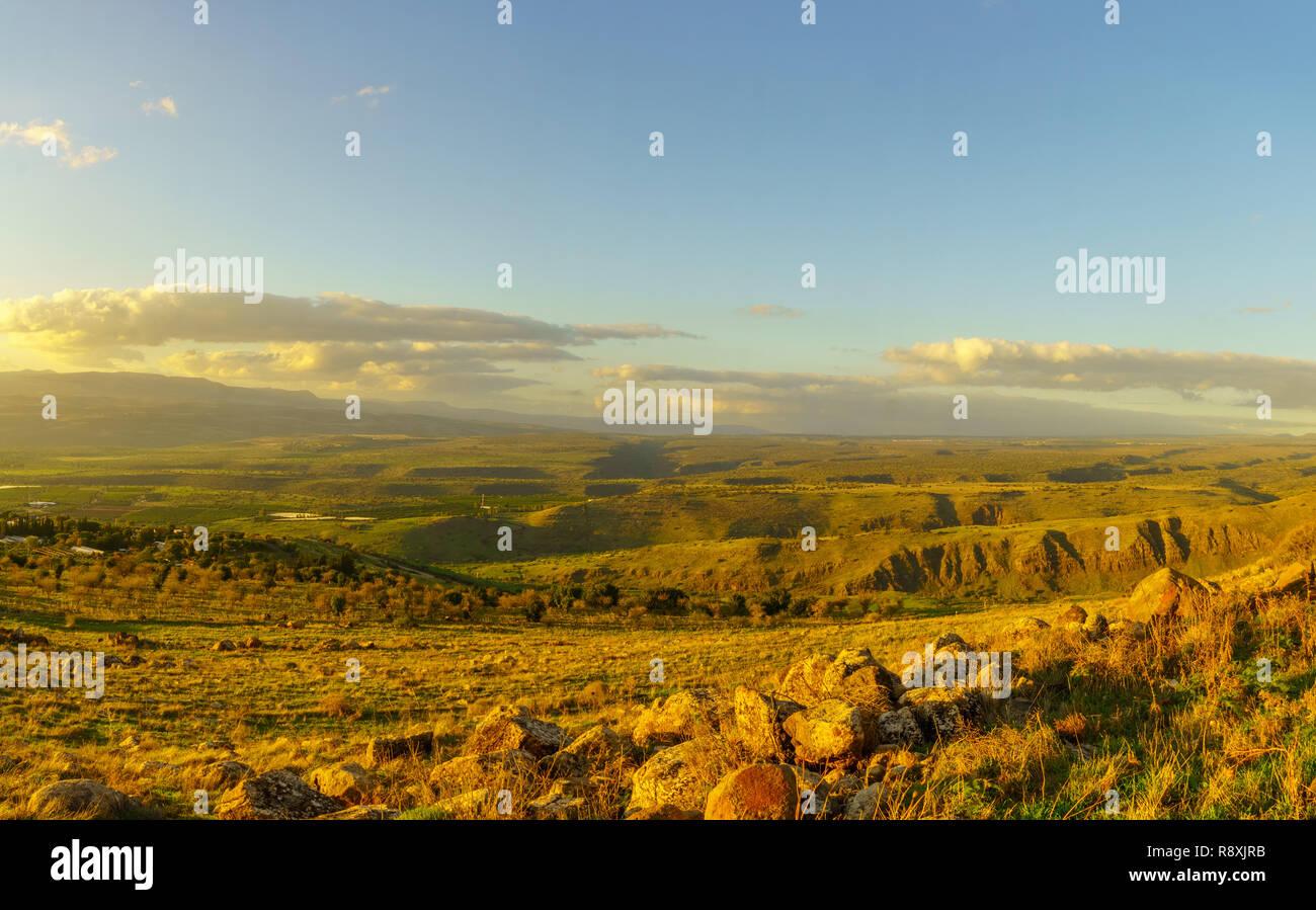 Paesaggio al tramonto della valle del Giordano e le pendici delle alture del Golan, nel nord di Israele Immagini Stock