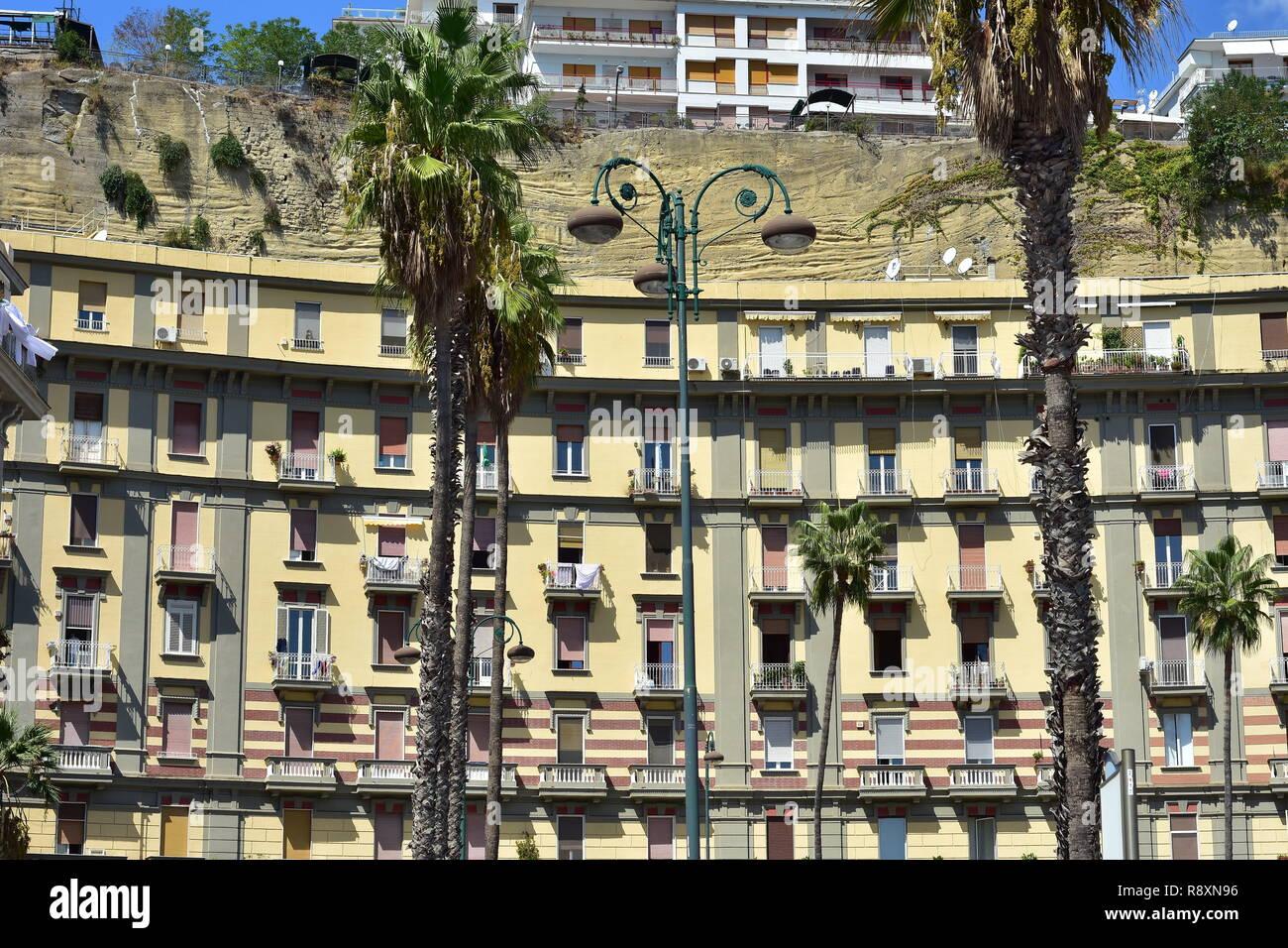 Balconi Piccolissimi : Naples street residential immagini & naples street residential fotos