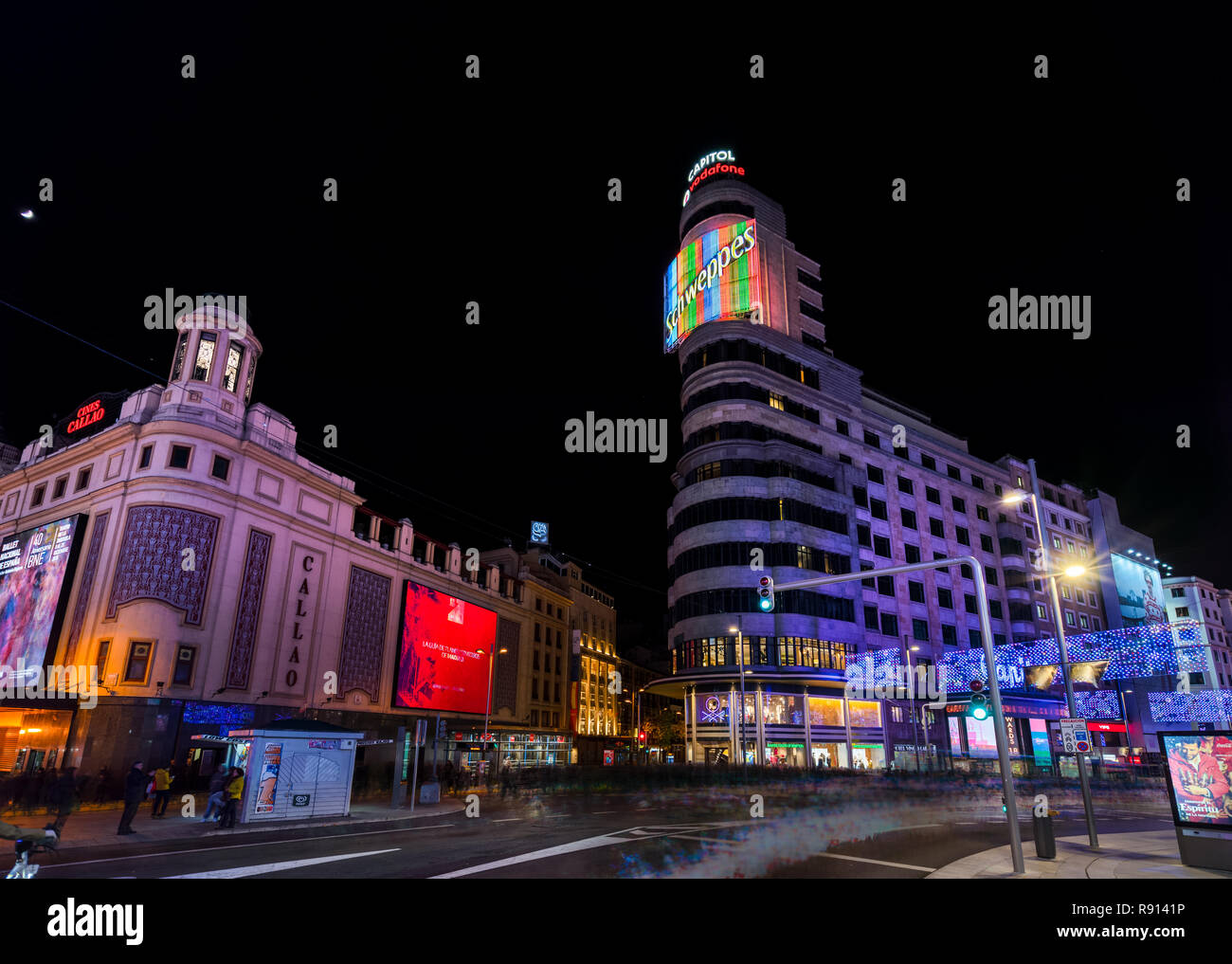 Madrid, Spagna - Dicembre 2018: Gran Via con il segno Schweppes di notte illuminata da luci di Natale Immagini Stock