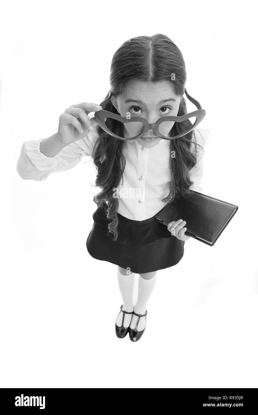 Stai scherzando. Schoolgirl a forma di cuore isolato occhiali sfondo bianco. Bambino scuola ragazza abiti uniforme la raccolta di occhiali. Bambino indossare uniformi scolastiche smart kid chiedendo la faccia. Foto Stock