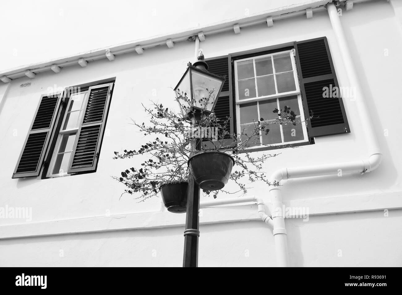 Lampione con vasi di fiori sulla facciata della casa di hamilton