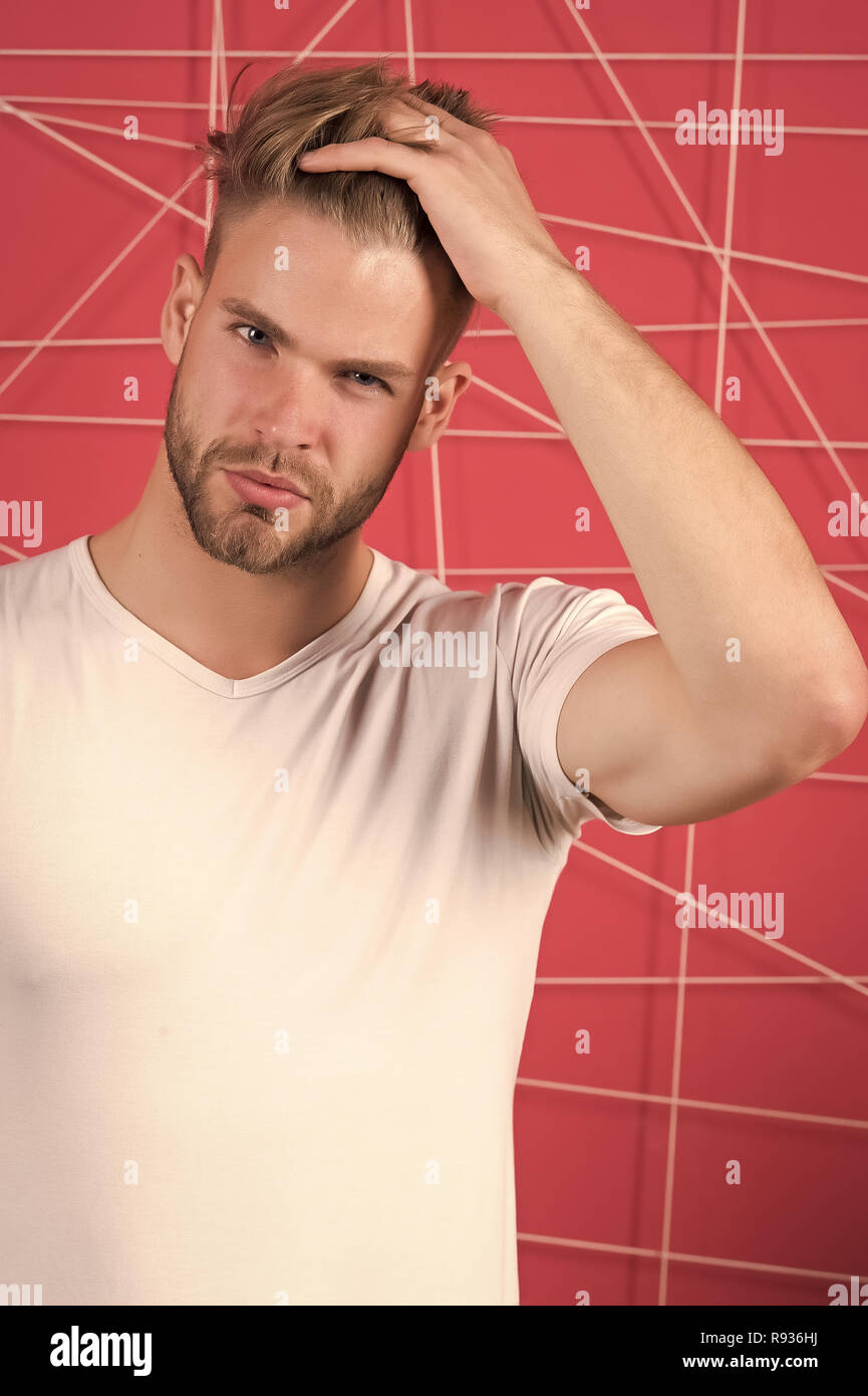 Uomo Barbuto toccare i capelli e taglio di capelli alla moda. Macho con la  barba 36c35c02e2f0