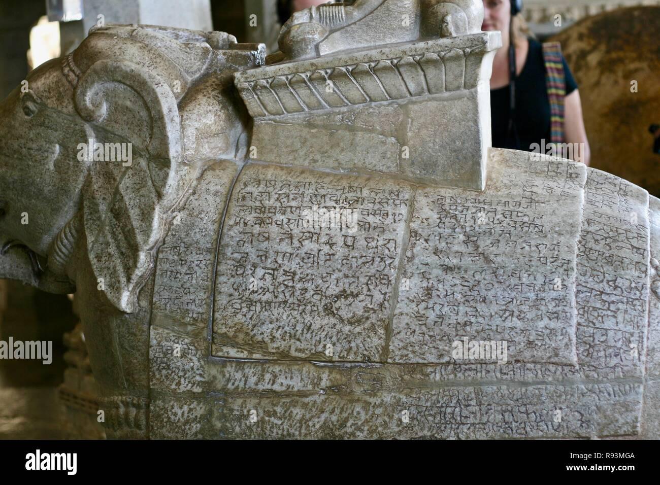 Scritta in sanscrito intagliato in marmo bianco elefante in India Immagini Stock