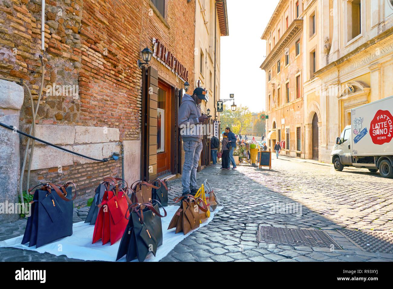 Fake Bags Immagini   Fake Bags Fotos Stock - Alamy e8626af9070a