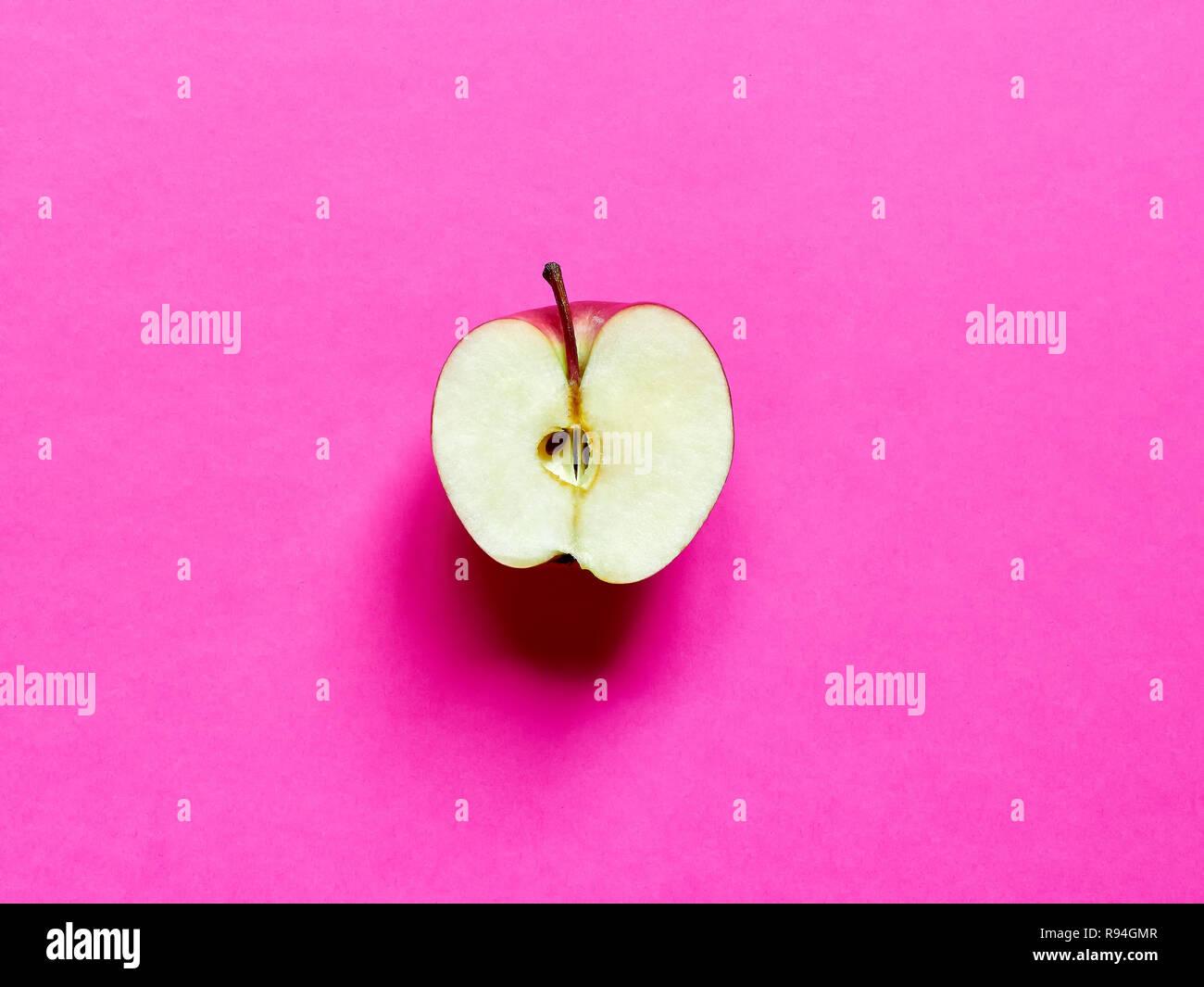 Apple Frutto Tagliato A Metà Isolato In Studio Per Un Fucsia Sfondo