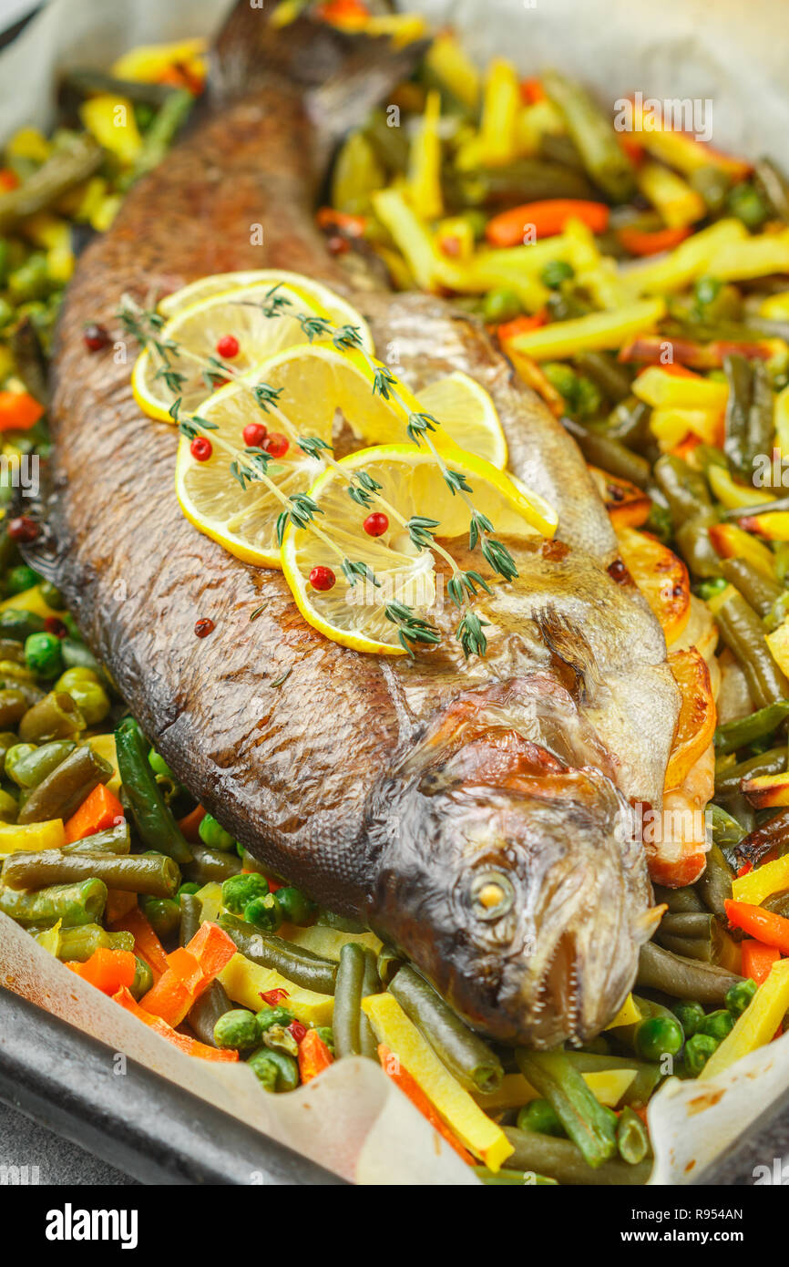 Pesce Al Forno Trota Con Verdure Patate Carote Fagiolini Piselli