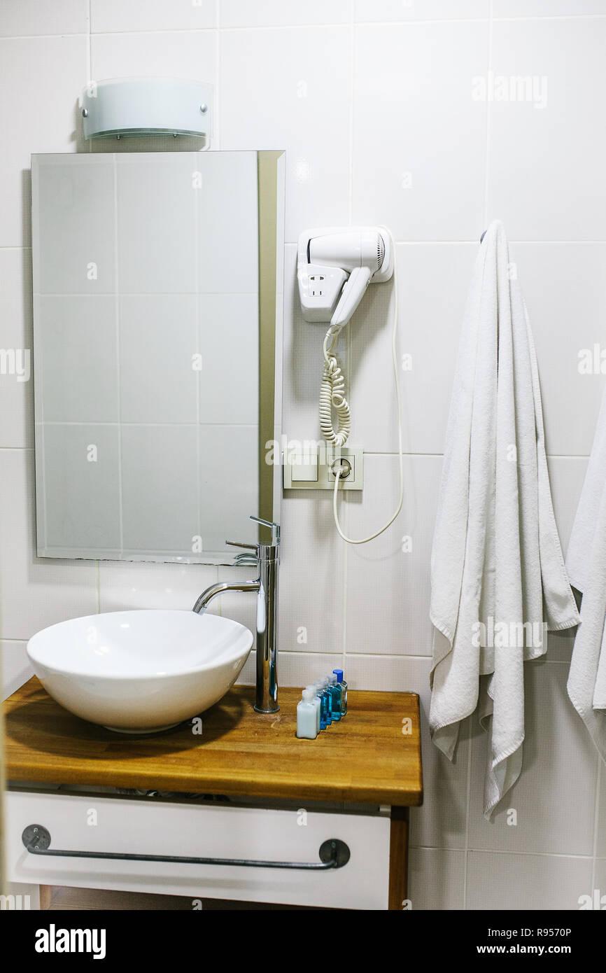 Bagno in hotel con tutti i necessari accessori per bagno per ...