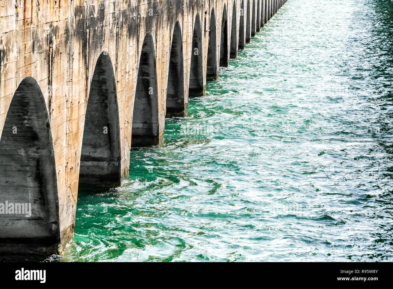 Vista da sotto il vecchio Seven Mile Cavalieri Key-Pigeon Key-Moser Channel-Pacet ponte canale vicino Overseas Highway Road, oceano onde del mare in chiave di piccione, Florida Immagini Stock
