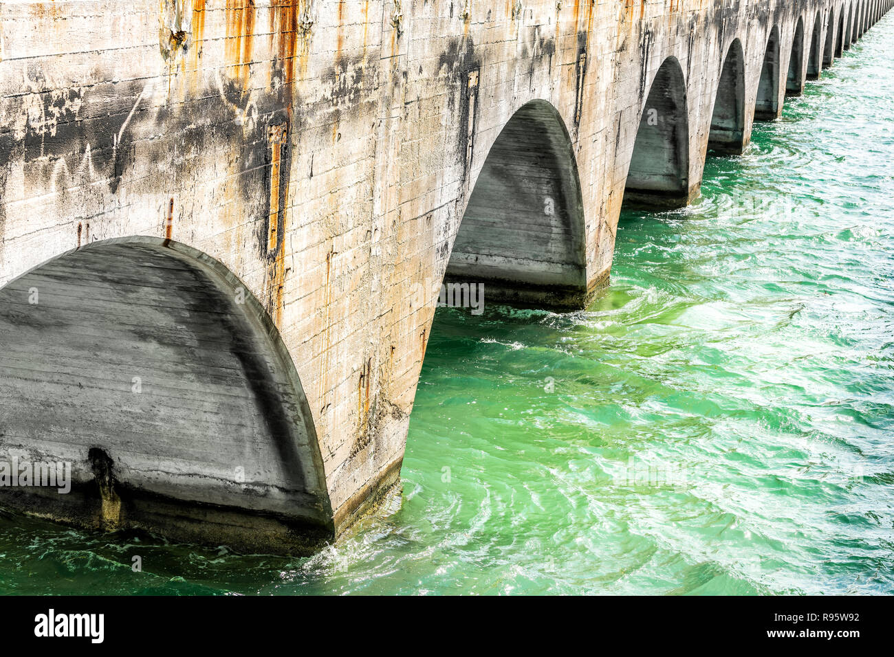 Vista da sotto il vecchio Seven Mile Cavalieri Key-Pigeon Key-Moser Channel-Pacet ponte canale vicino Overseas Highway Road, oceano onde del mare, verde acqua a Pigeo Immagini Stock