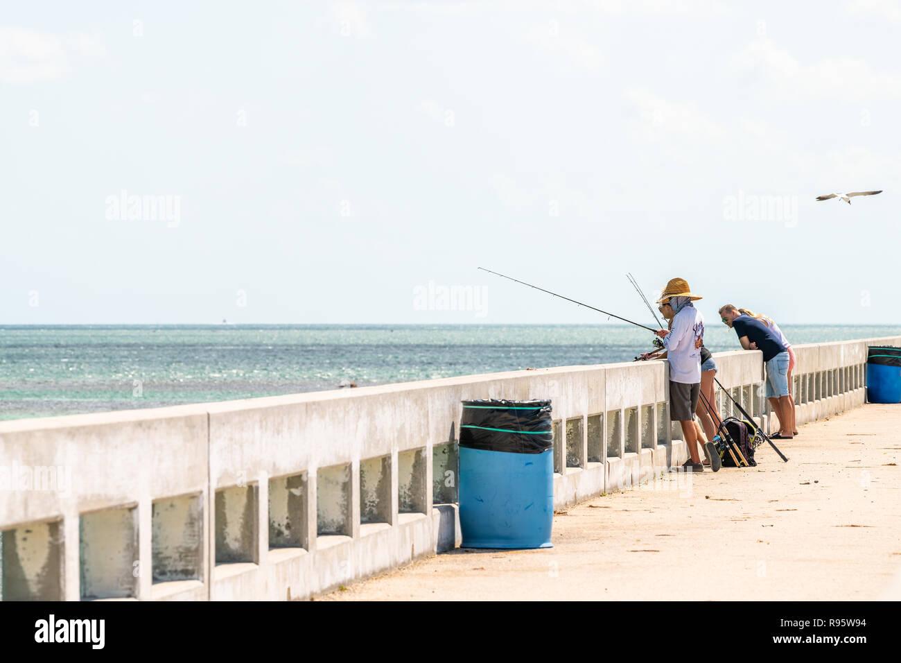 Tasto Piegon, Stati Uniti d'America - 1 Maggio 2018: persone di pesca con canne a vecchio Seven Mile Cavalieri Key-Pigeon Key-Moser Channel-Pacet ponte canale a ocean, mare, wat Immagini Stock
