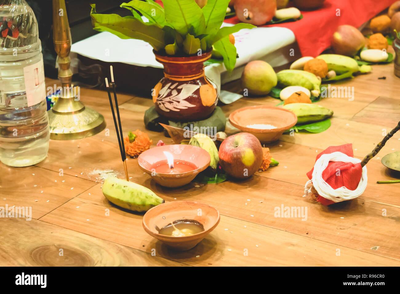 Messa a fuoco selettiva. Diwali puja o Laxmi puja impostare fino a casa. Lampada ad olio o diya con cracker, dolce, frutta secca, la valuta indiana, Fiori e Statua Immagini Stock