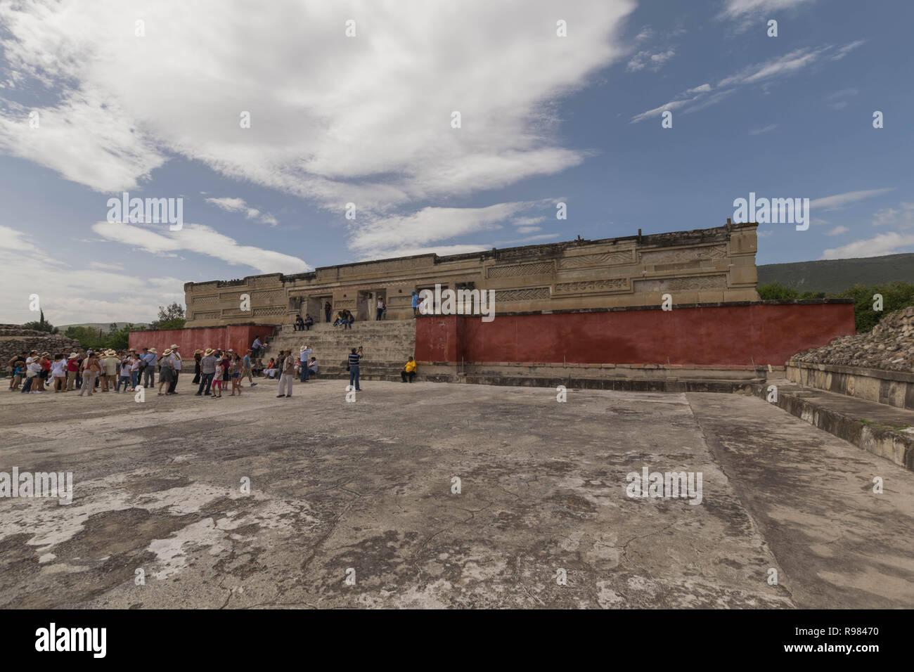 Molti turisti in piedi di fronte a uno dei principali rovine di Mitla, in Oaxaca, Messico Immagini Stock