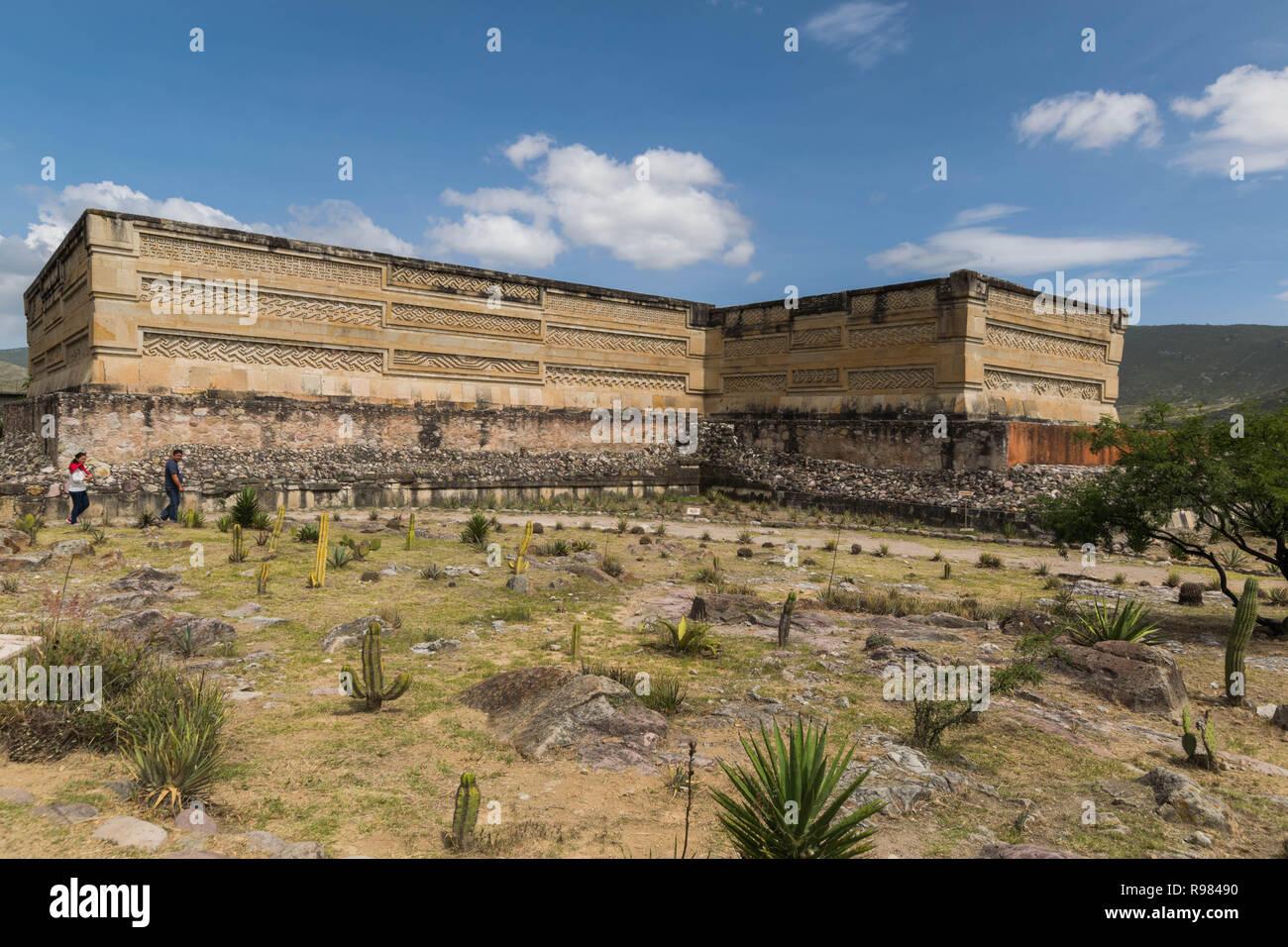 Rovine di Mitla, con paesaggio secco, molti cactus e un nuvoloso cielo blu, in Oaxaca, Messico Immagini Stock