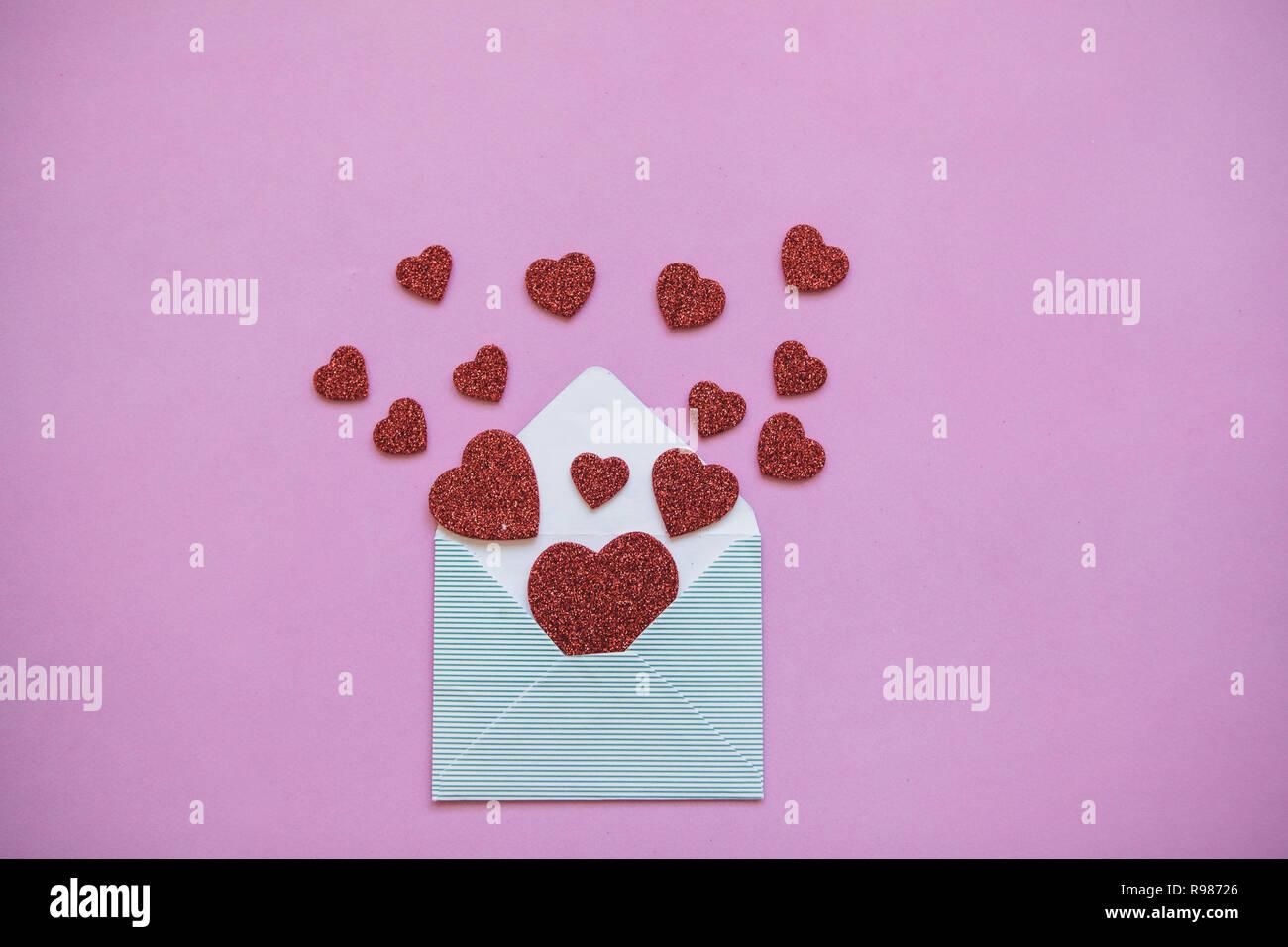 Al Matrimonio Auguri O Congratulazioni : La busta da cui cuori volare fuori come congratulazioni per il