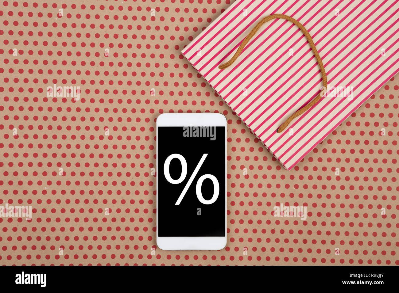 Il Concetto Di Vendita Shopping Bag E Smartphone Bianco Con Sconti