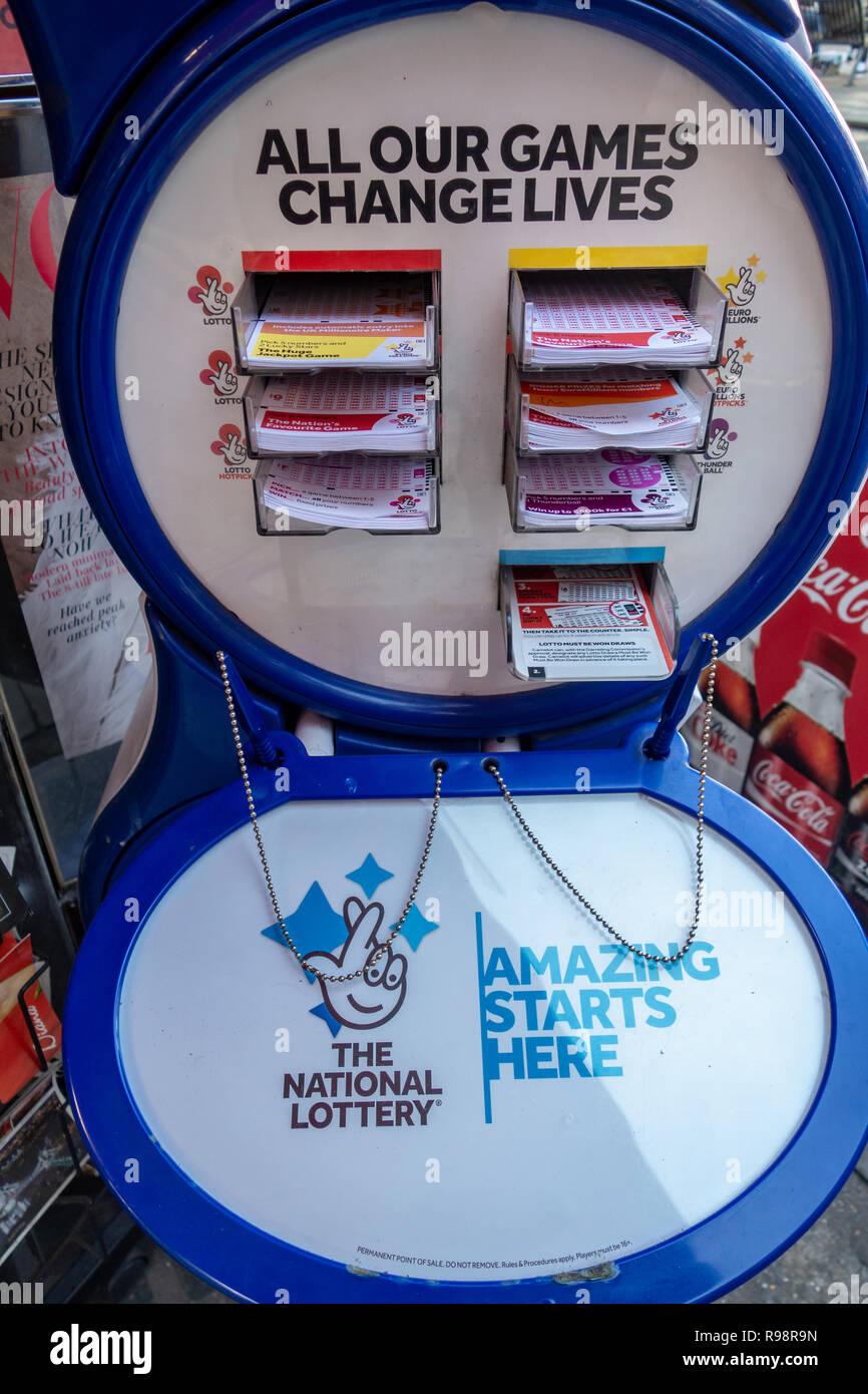 British Lotto di stand per la lotteria nazionale al di fuori di un edicola di Londra con vuoto lottos entry form Immagini Stock