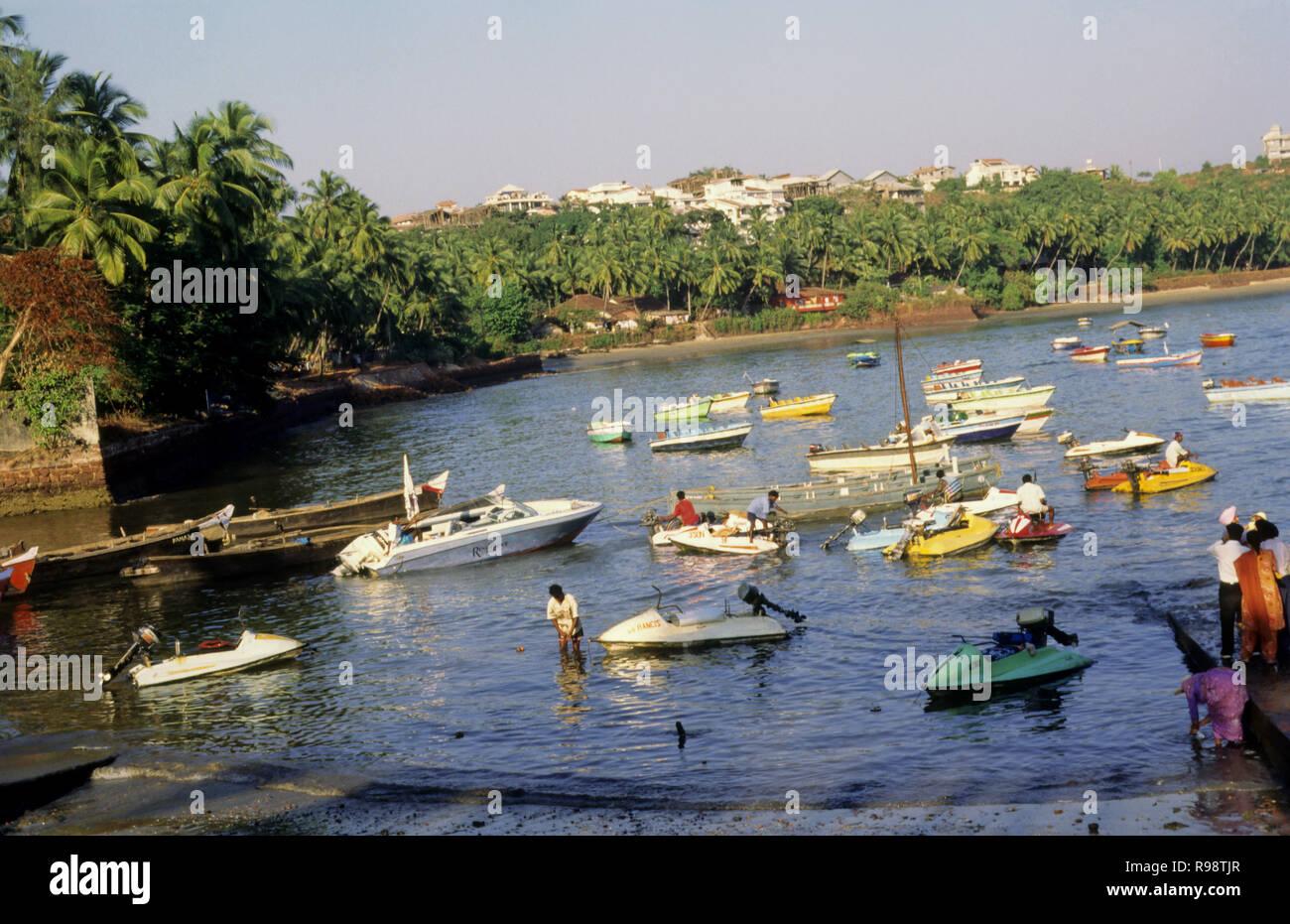 Sport acquatici presso il Dona Paula, Goa, India Immagini Stock