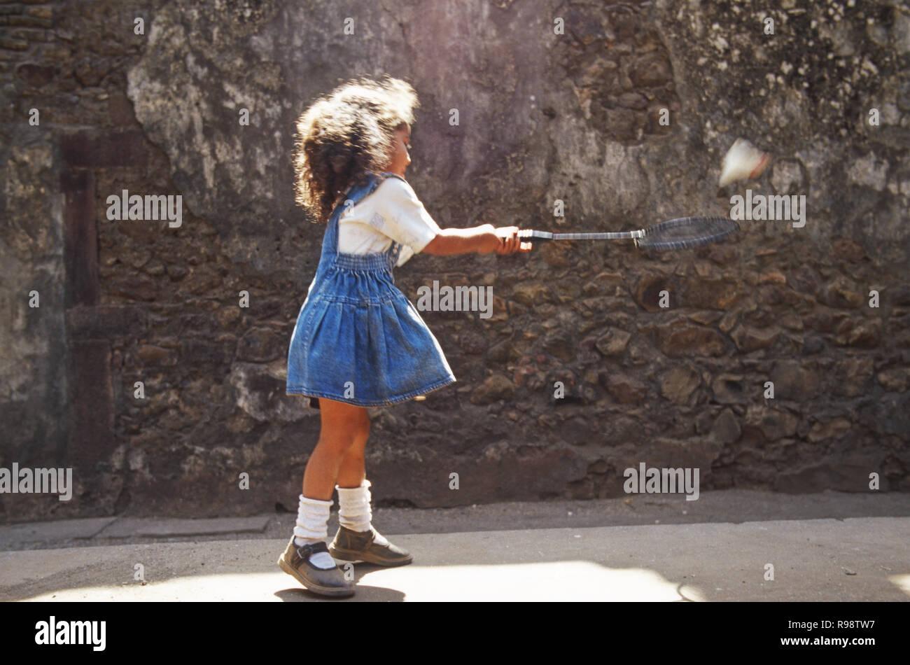 Ragazza giovane la riproduzione di Badminton Immagini Stock