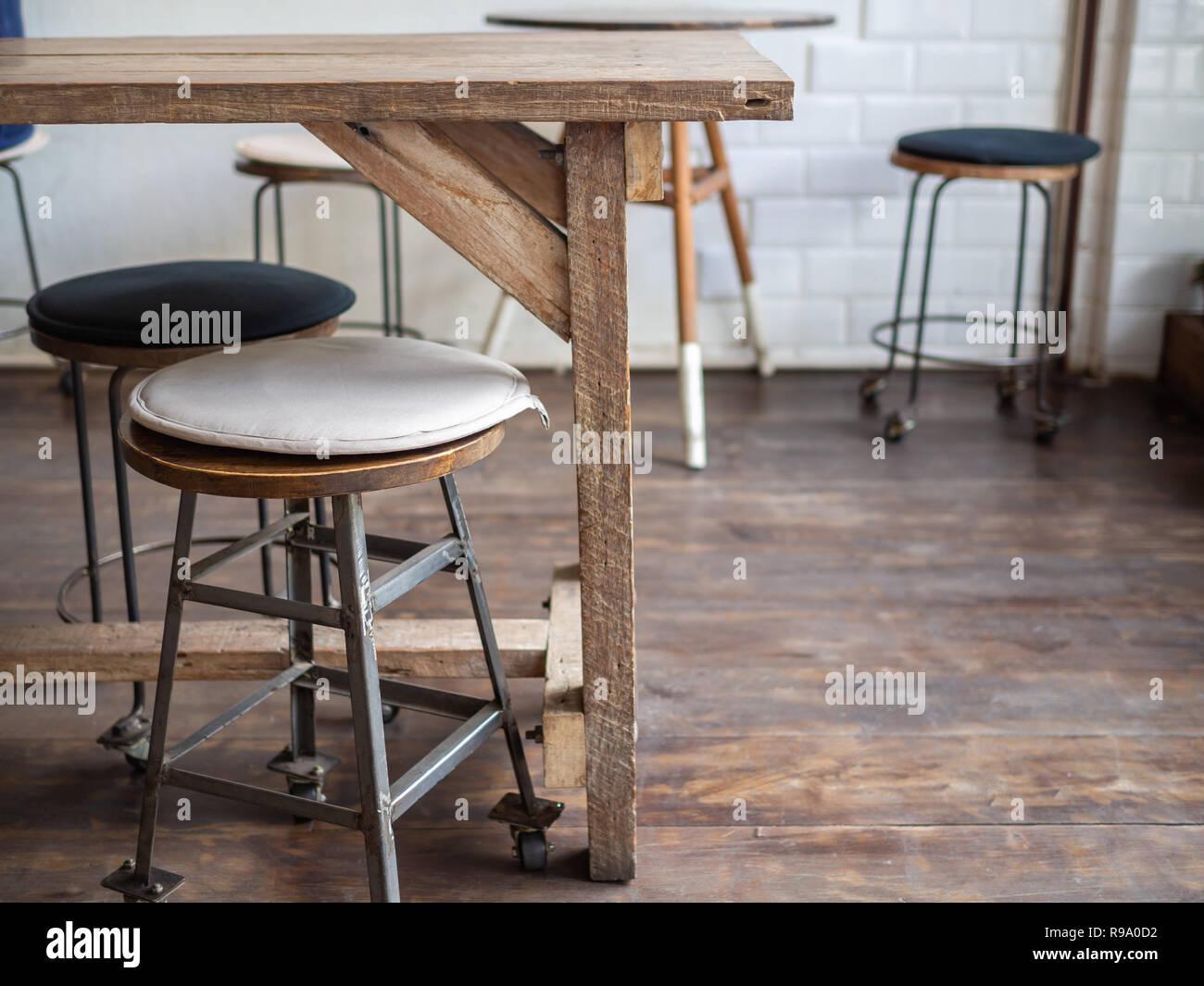 Vecchio vintage ferro e legno sgabelli bar con ruote di bianco e