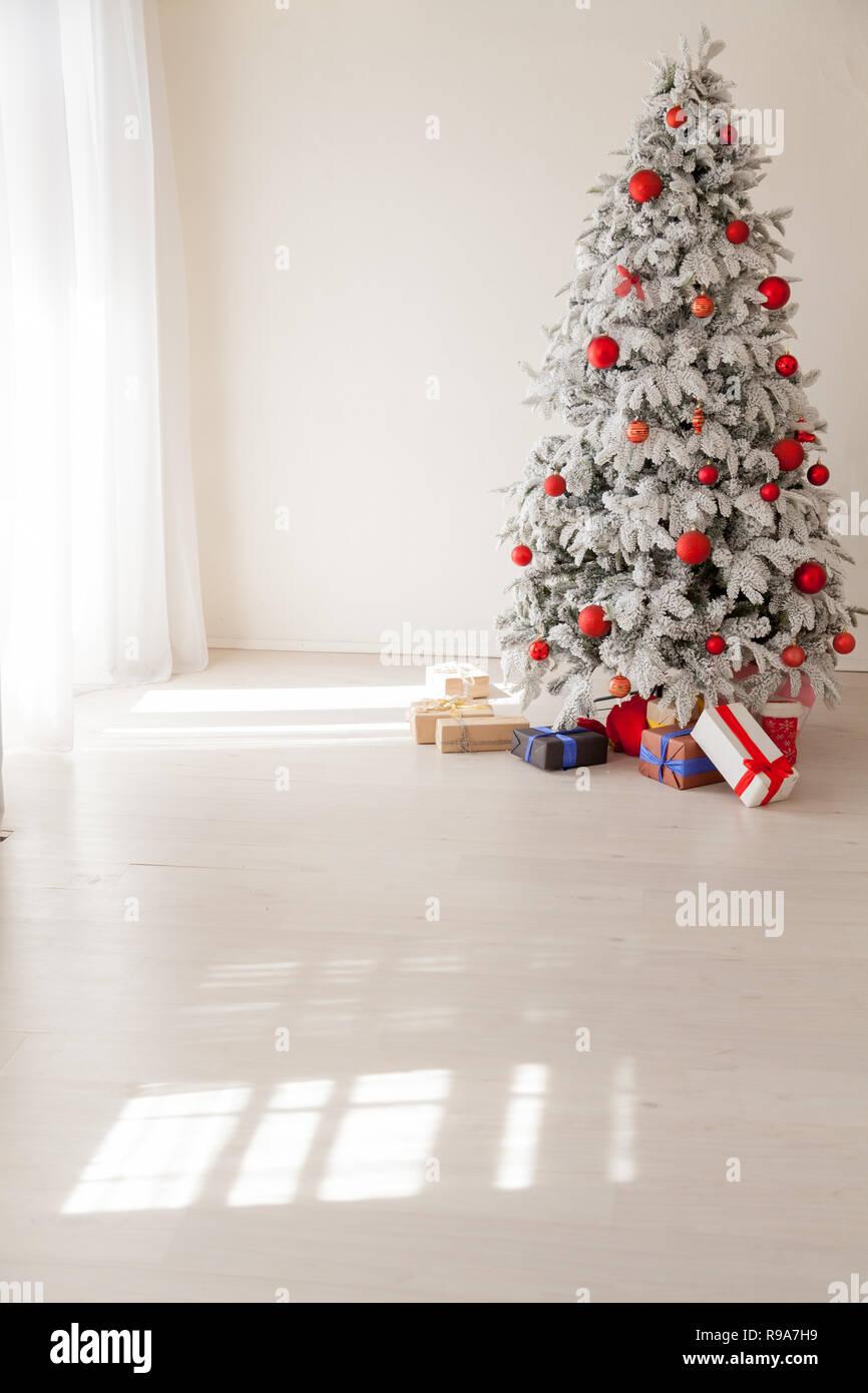 Foto Alberi Di Natale Bianchi natale bianco interno albero di natale doni anno nuovo foto