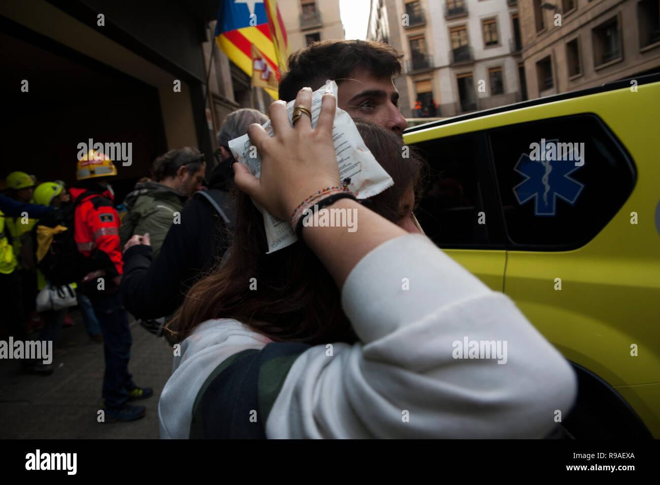 Barcellona 21 dicembre, 2018. Gli attivisti catalano a favore dell'indipendenza protesta di fronte al palazzo del 'Llotja de Mar' a Barcellona, dove il Consiglio dei ministri ha incontrato in modo straordinario. La riunione del Consiglio dei ministri avrà luogo in Catalogna appena un anno dopo le elezioni regionali convocata dal governo precedente a norma dell'articolo 155 della Costituzione. Charlie Perez/Alamy Live News Foto Stock