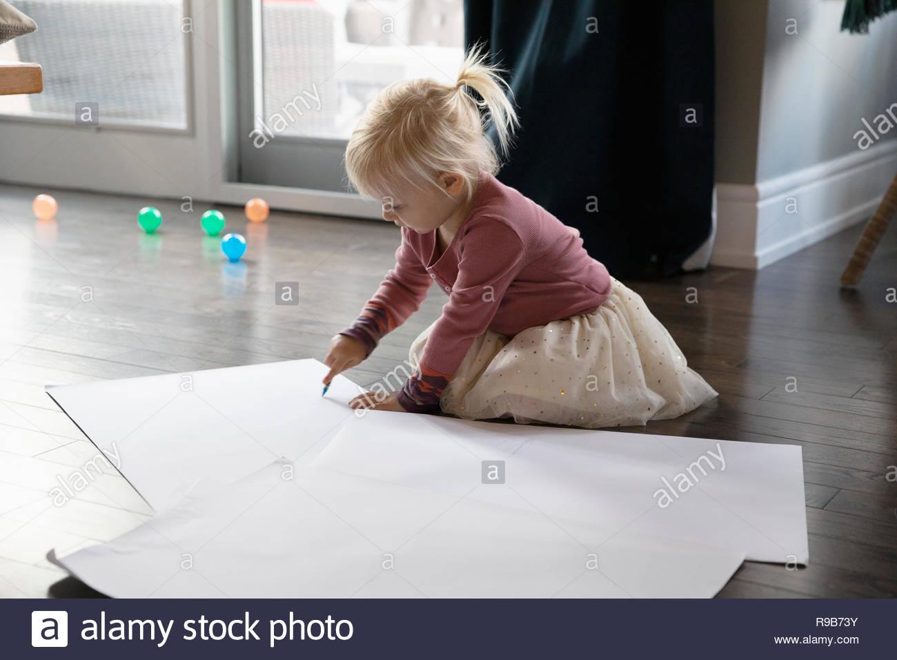 Ragazza carina di disegno, di colore sul pavimento Immagini Stock