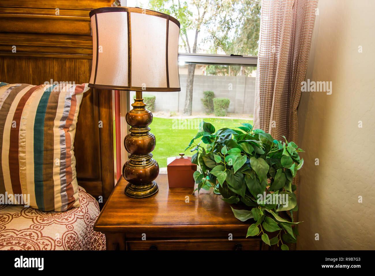 Lampadario Camera Da Letto Matrimoniale : Camera da letto con letto matrimoniale lampada di ottone e di notte