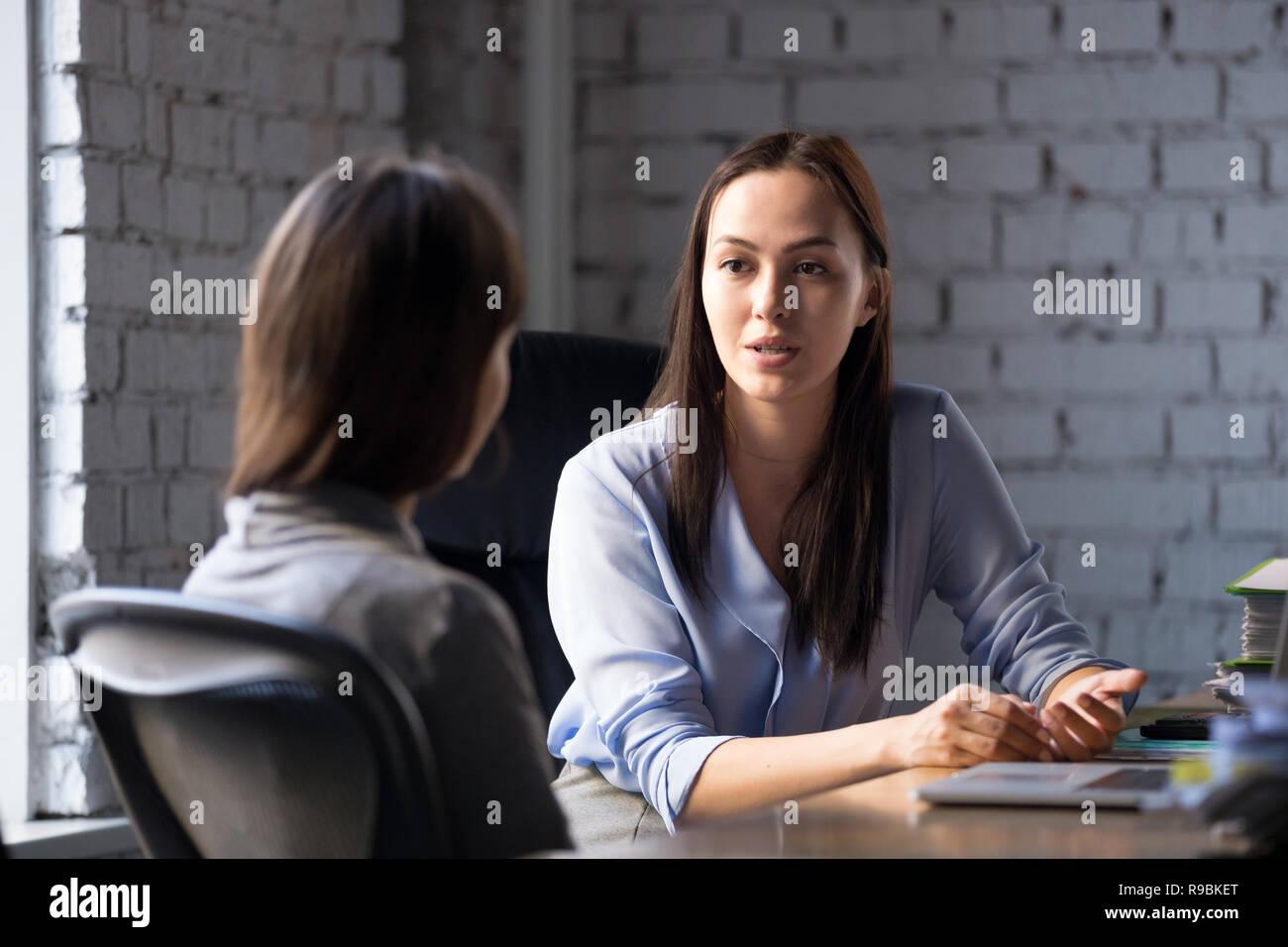 Seria professionista consulente femmina consulting client alla riunione Immagini Stock