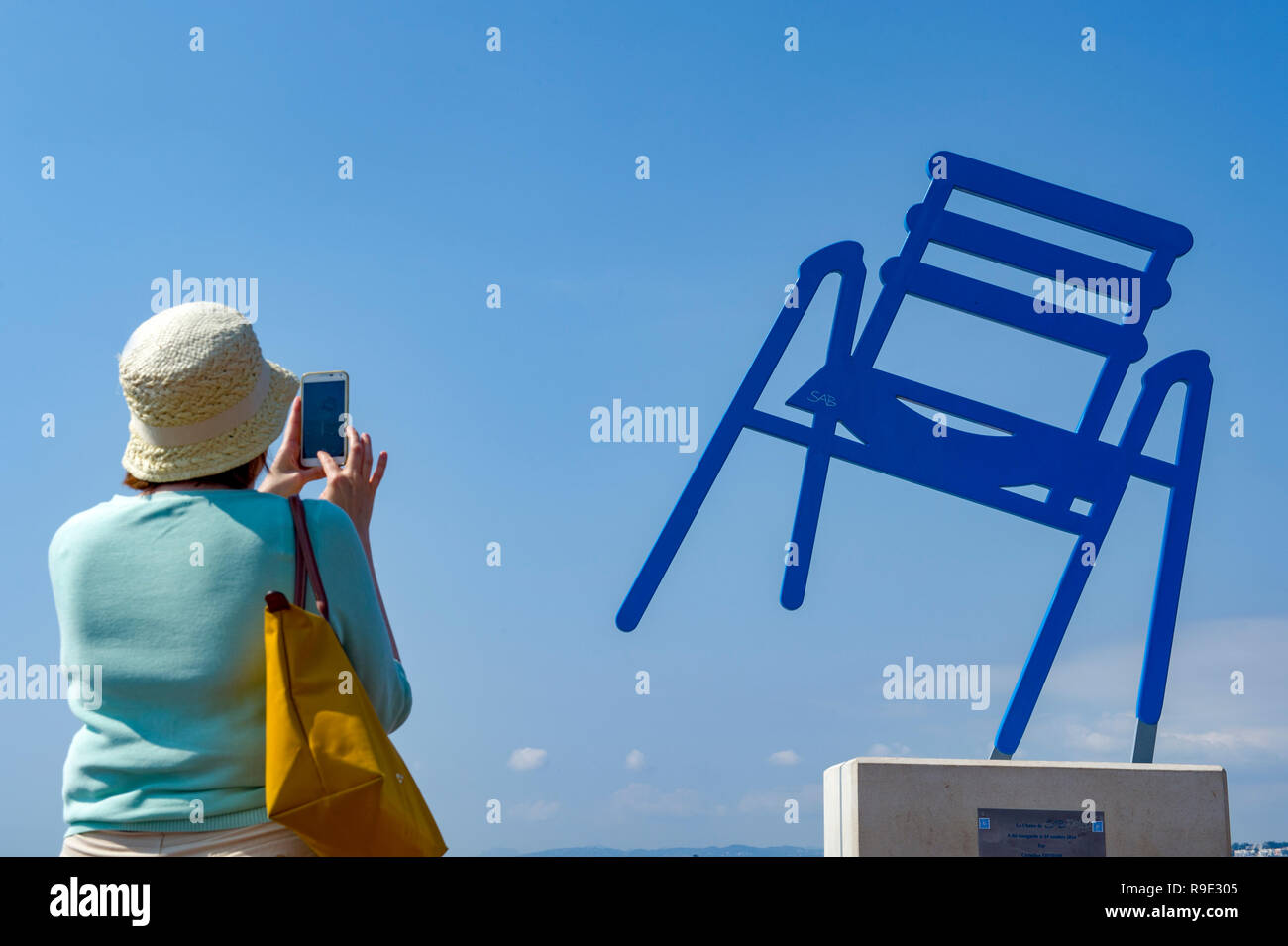 La Francia. Alpes-Maritimes (06), a Nizza. Promenade des Anglais. Sedia blu per artista SAB (Sabine Géraudie) Immagini Stock