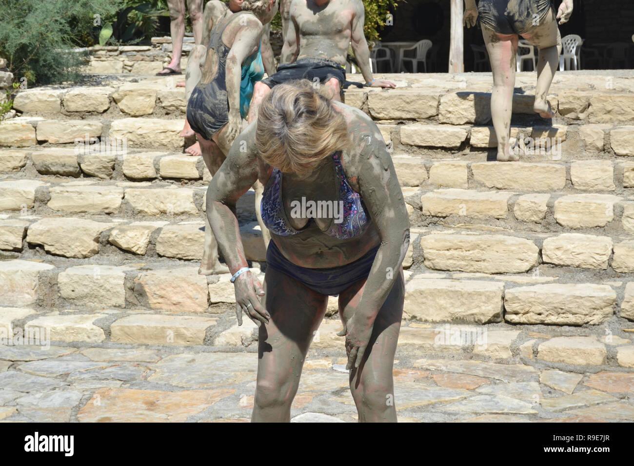 Turista cosparse di fango al bagno turco bagno di fango Immagini Stock