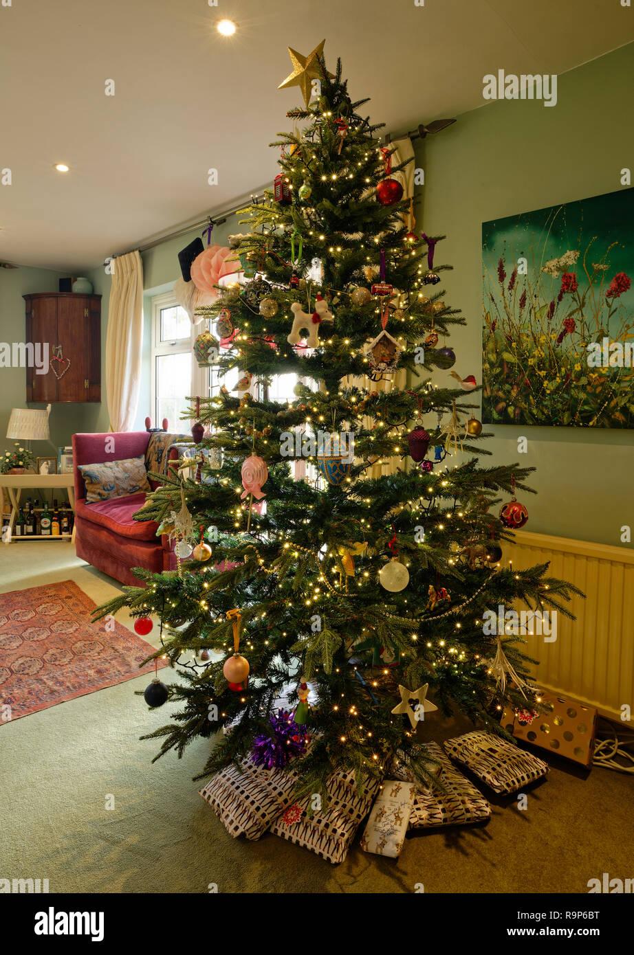 Albero Di Natale In Inglese.Decorate E Albero Di Natale Illuminato In Una Casa Inglese Presenta Al Di Sotto Foto Stock Alamy