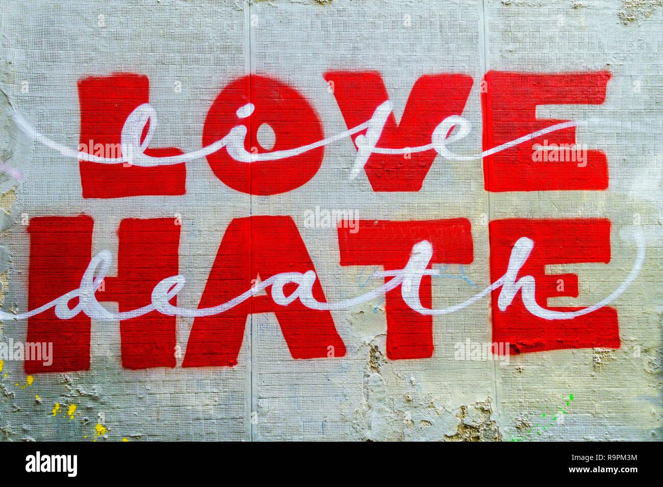 Messaggio sulla parete di strada amore odio Immagini Stock