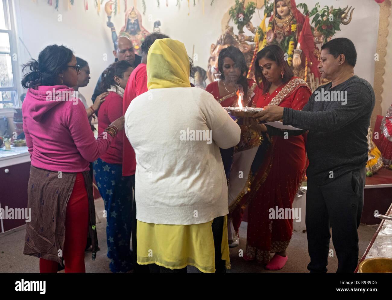 Una congregazione Indù in esegue il rituale di arti di offrire luce e fiamme per la divinità. Nel Queens, a New York City. Immagini Stock