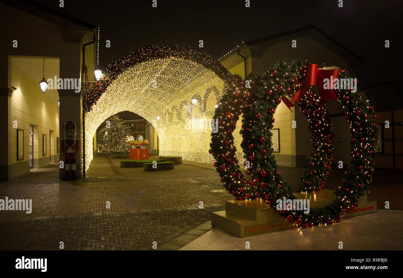Milano, Italia, Dicembre 21, 2018 - Vista di un tunnel di luci in ...
