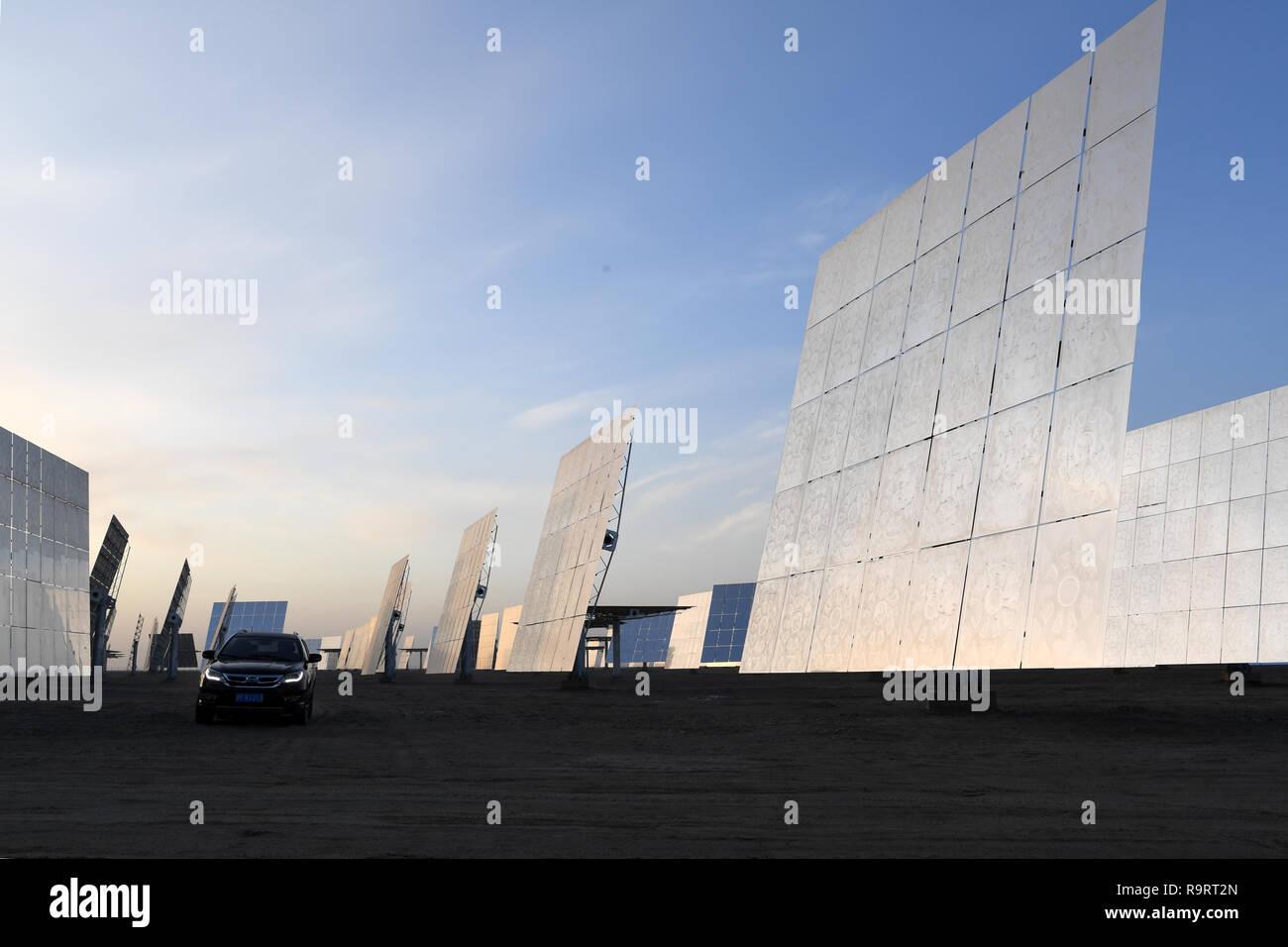 Dunhuang. 25 Dic, 2018. Foto scattata a Dic. 25, 2018 mostra il heliostats di un sale fuso termico solare energia elettrica a Dunhuang, a nord-ovest della Cina di Provincia di Gansu. Il progetto di 100 megawatt di sale fuso di energia solare concentrata di energia solare (CSP) impianto, in grado di fornire 24 ore di alimentazione ininterrotta, è stato completato giovedì. Credit: ventola Peishen/Xinhua/Alamy Live News Foto Stock