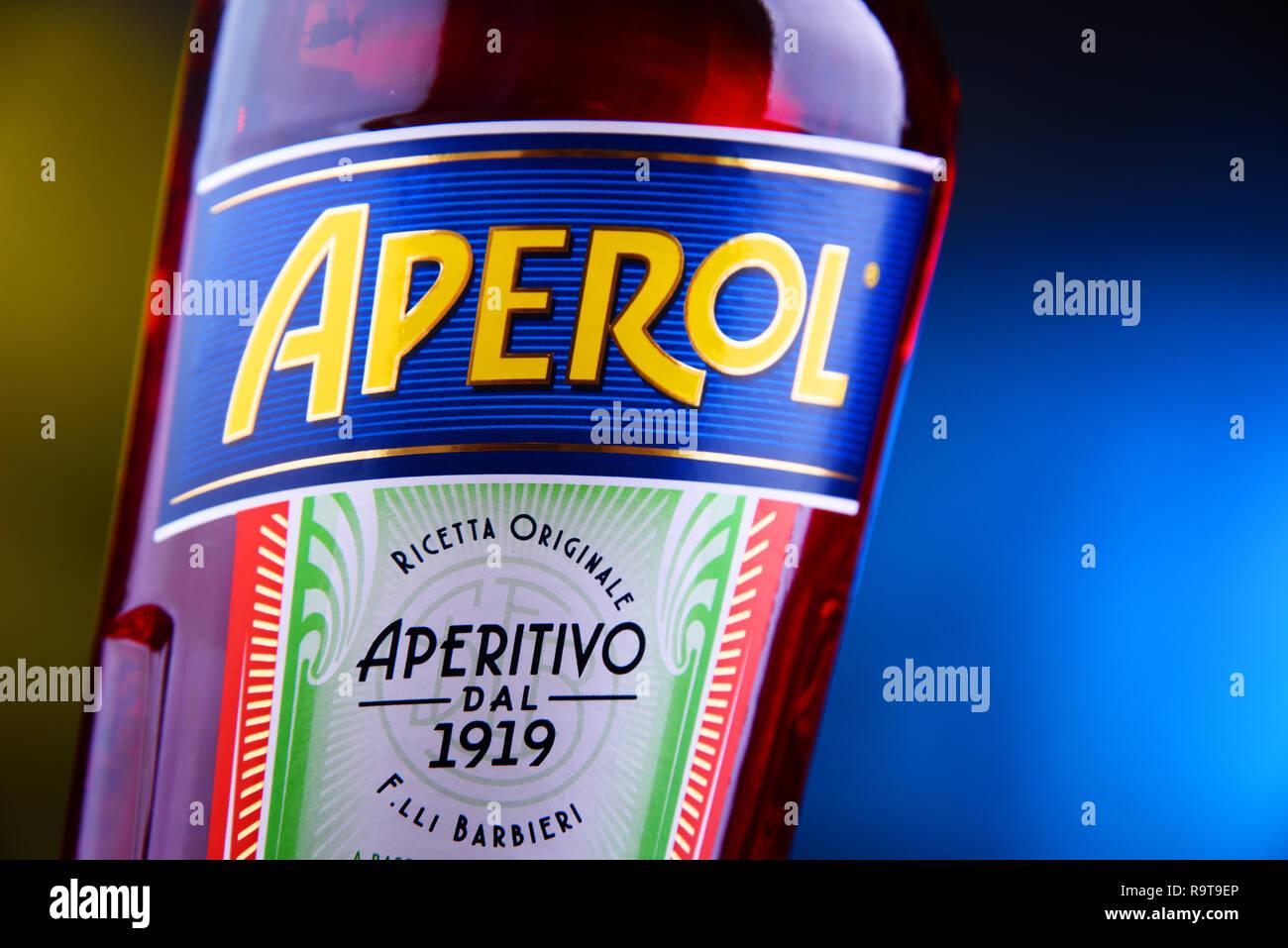 POZNAN, POL - Nov 29, 2018: Bottiglia di Aperol, un aperitivo italiano fatta di genziana, rabarbaro e china, è prodotta dalla società Campari. Immagini Stock