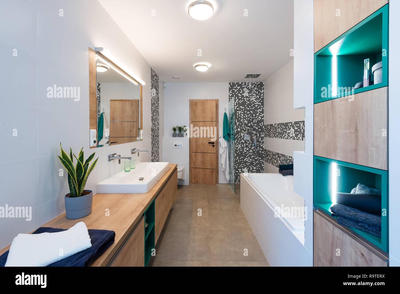 Doccia Con Vasca Piccola.Il Bagno Di Casa Moderna Con Una Piccola Sauna E Vasca Da Bagno E