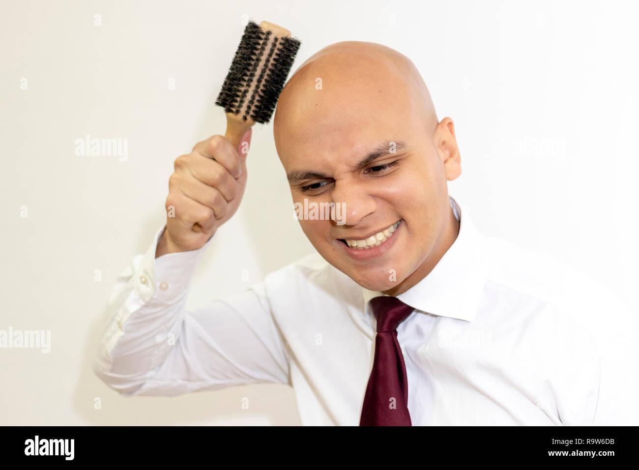 Uomo calvo pettinare i capelli Immagini Stock