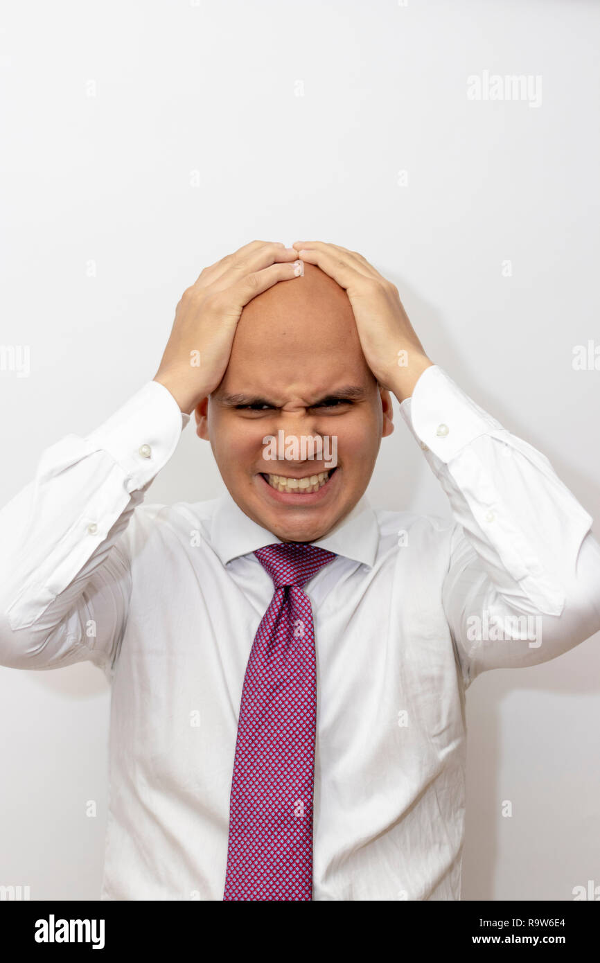 Arrabbiato uomo calvo con le mani sulla sua testa Immagini Stock
