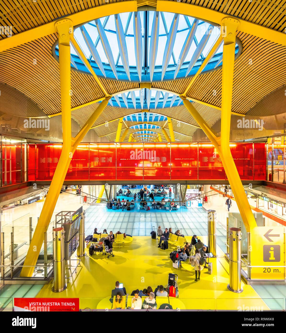 Madrid Airport Terminal 4 dell'aeroporto di Madrid Barajas progettato da Antonio Lamela, Richard Rogers, Aeropuerto Adolfo Suárez Madrid-Barajas. Foto Stock