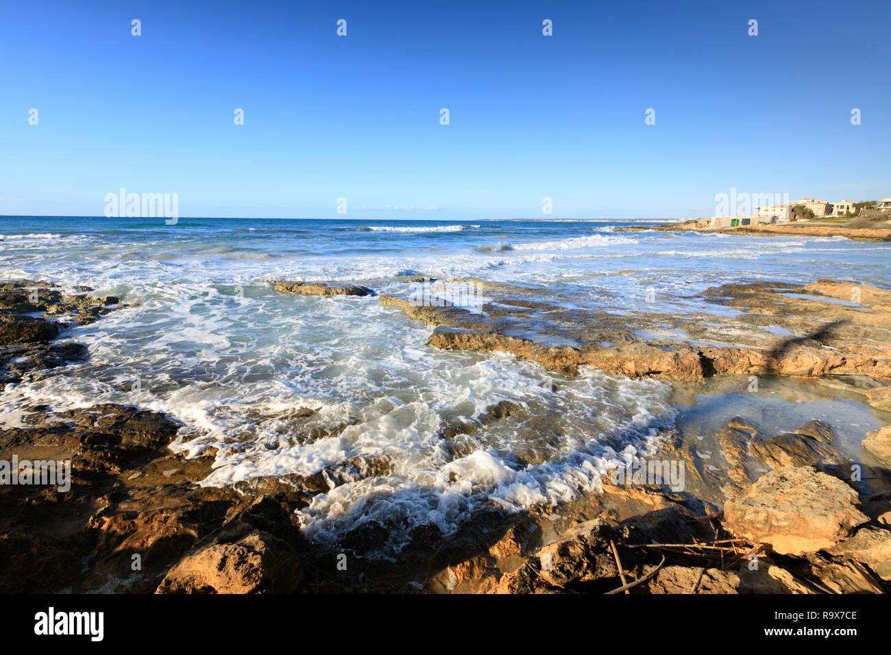 Onda sulla riva sabbiosa spiaggia, seascape mare mediterraneo pulita Es Trenc Mallorca Spagna Spain Immagini Stock