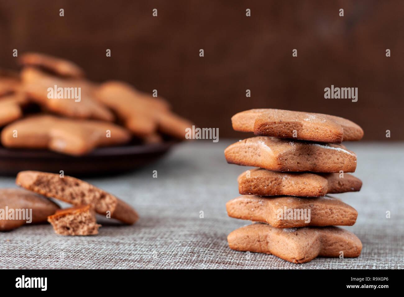 Close up di cotto gingerbread cookies per Natale Foto Stock