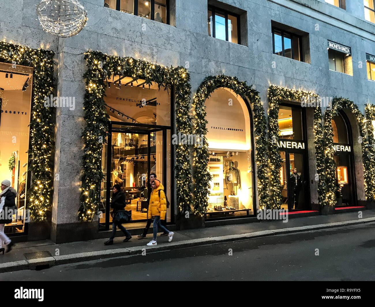 Milano Decorazioni Natalizie.Decorazione Di Natale In Via Montenapoleone La Via Della