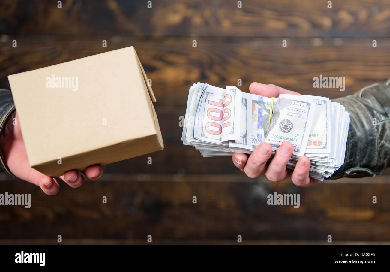 924650f1f5 Acquistare prodotti illegali. Denaro contante e scatola con vietato lo  scambio di merci. Trattativa